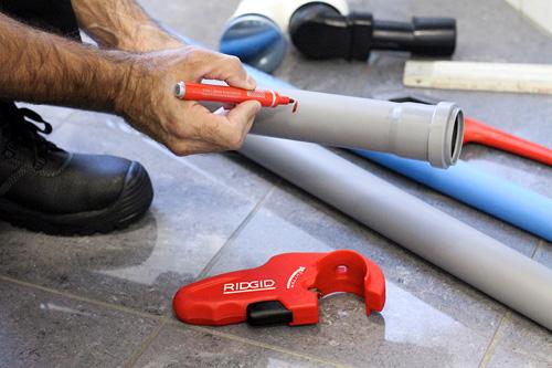 нанесение линии реза маркером для резки трубы труборезом для пластиковых труб P-TEC 5000 RIDGID