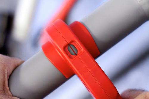 проверка линии реза трубы труборезом для пластиковых труб P-TEC 5000 RIDGID