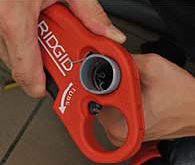 рез трубы труборезом для пластиковых труб P-TEC 3240 RIDGID