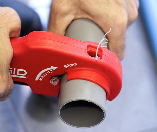 резка трубы труборезом для пластиковых труб P-TEC 5000 RIDGID